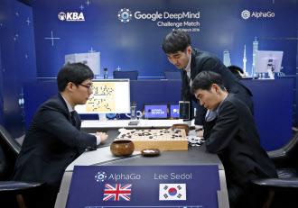 グーグルの人工知能「アルファ碁」とトップ級棋士の囲碁対決。第4局は人間が勝利した(2016年3月13日、ソウル)=AP