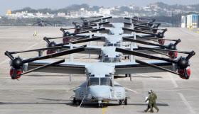 米軍普天間基地に並ぶオスプレイ(2012年、沖縄県宜野湾市)