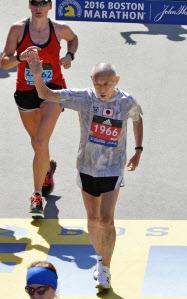 ボストン・マラソンで4時間53分14秒で完走した君原健二さん(18日、ボストン)=共同