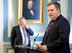 アイスランドのグンロイグソン首相が辞任したのは、パナマ文書に基づく調査報道がきっかけだった。写真は4日、レイキャビクで議会演説する首相=AP