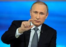 テレビの「国民対話」で質問に答えるロシアのプーチン大統領(14日)=AP