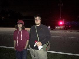 トランプ氏の別荘前で抗議するためやってきた毛沢東主義者を名乗るヘンリー・キャラウェイ氏(右)。拡声器とトレードマークの毛沢東バッグを愛用する。