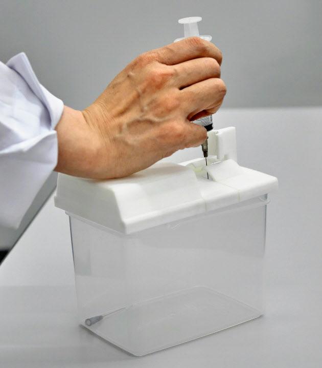 使用済み注射針を片手で安全に外せる回収容器