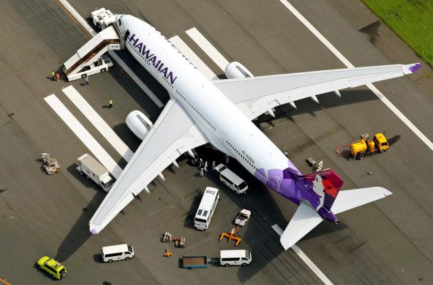 ハワイアン機が緊急着陸 羽田空港、滑走路9時間閉鎖(写真=共同)