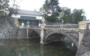 左奥が皇居正門。一般参賀のときは、広場からみて手前にあるこの石橋を渡って皇居に入る