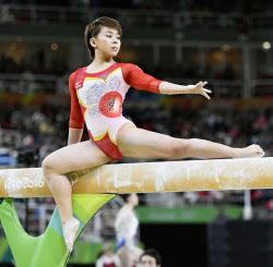 体操女子団体、7位で決勝へ 個人...