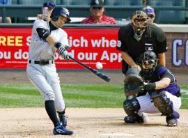 ロッキーズ戦の7回、右越え三塁打を放ち米大リーグ通算3千安打を達成したマーリンズのイチロー外野手(7日、デンバー)=共同