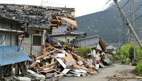 熊本地震で倒壊した家屋や電柱(4月、南阿蘇村)