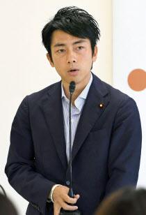 プロジェクトチームの会合であいさつする小泉氏(6日、自民党本部)