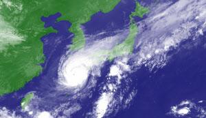 気象衛星「ひまわり」がとらえた台風16号と周辺の雲(9月19日午後4時)=気象庁提供