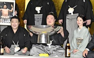 大相撲秋場所で初優勝し、笑顔の豪栄道(中)