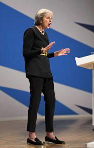 保守党大会で演説するメイ首相(2日、バーミンガム)=ロイター