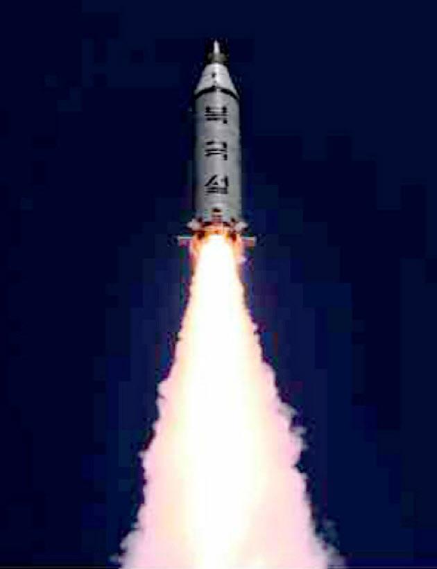 北朝鮮の労働新聞が掲載した、潜水艦発射弾道ミサイルの発射実験=共同