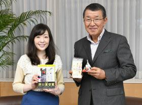 芥川賞作家の村田沙耶香さん(左)とセブン―イレブン・ジャパンの古屋一樹社長