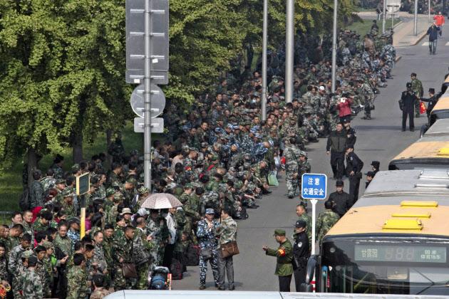 11日、中国国防省前に集まったデモ参加者(北京)=AP