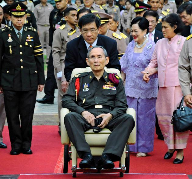 2012年5月、車いす姿のプミポン国王(タイ中部アユタヤ県)=AP