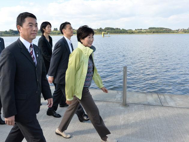 長沼ボート場を視察する小池都知事(右)。手前は村井宮城県知事(15日、宮城県登米市)