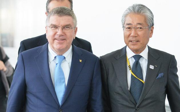 18日午前、羽田空港に到着したIOCのバッハ会長(左)