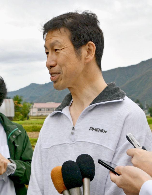 新潟県知事選から一夜明け、報道陣の取材に応じる米山隆一氏=17日、新潟県魚沼市