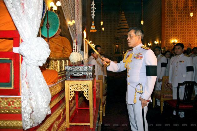 15日、プミポン国王を追悼するワチラロンコン皇太子(バンコク)=ロイター