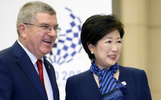 IOCのバッハ会長(左)と会談する小池都知事(18日、都庁)