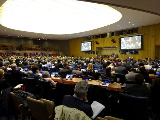 核兵器禁止条約の交渉入りには参加国の7割が賛成した(27日、ニューヨークの国連本部)