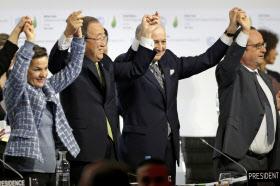 2015年12月、COP21でのパリ協定採択を喜ぶ(右から)フランスのオランド大統領、ファビウス外相、国連の潘基文事務総長、国連気候変動枠組み条約事務局のフィゲレス事務局長(パリ郊外)=ロイター
