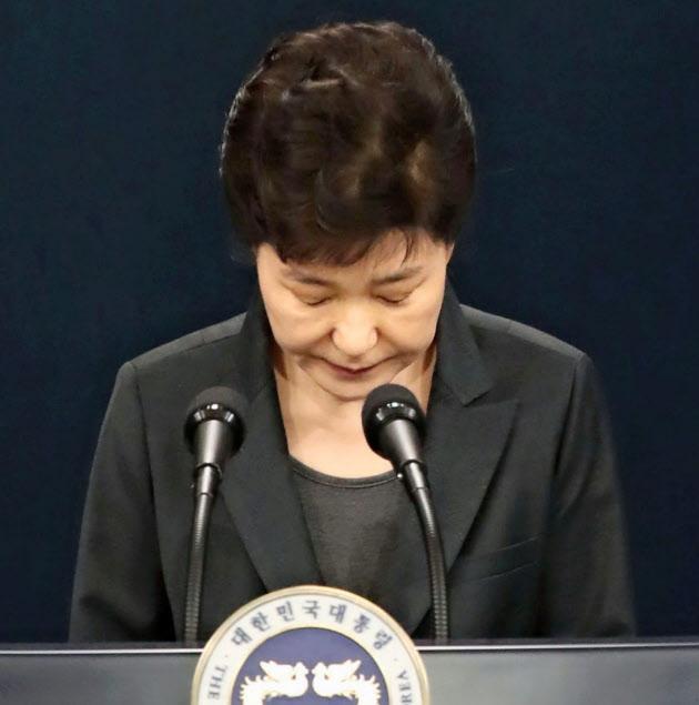 謝罪する朴大統領(4日、ソウル)=聯合・共同