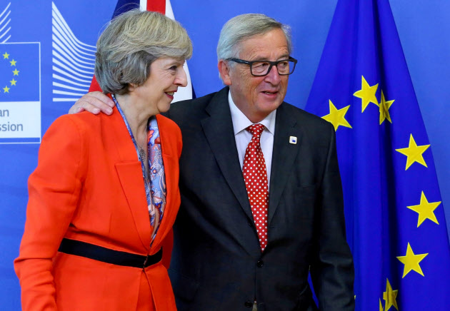 EU首脳会議でメイ首相(左)はユンケル委員長に3月末までに離脱を通知すると説明したが……(10月21日、ブリュッセル)=ロイター
