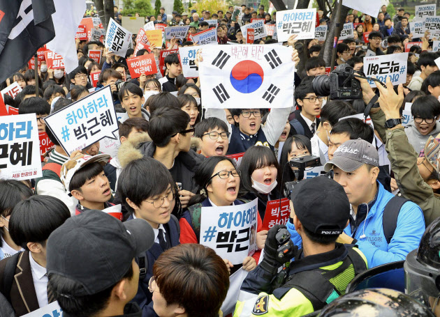 韓国の朴槿恵大統領の退陣を求める集会に参加した中高生ら(5日、ソウル中心部)=共同