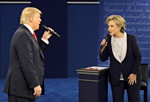 お互いの攻撃に終始した米大統領選は どちらの好感度もまれに見る低さだった(テレビ討論会で舌戦を繰り広げた両候補=AP)