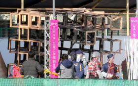 火災が発生したイベント会場を調べる警視庁の捜査員(7日午前、東京都新宿区)