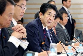 働き方改革実現会議であいさつする安倍首相(29日、首相官邸)
