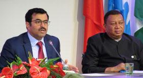 原油の協調減産について記者会見するOPECのサダ議長(左)とバーキンド事務局長(11月30日、ウィーン)=共同