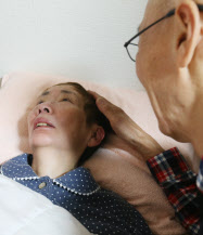 森義弘さん(右)は認知症の妻を10年間介護した(東京都板橋区、亡くなる6日前)