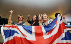 英国のEU離脱問題では予想を外した(6月24日、Vサインを出し喜ぶEU離脱派)