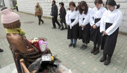 釜山の日本総領事館前の少女像=AP