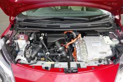モーターやインバーター、発電機、モーターなど主要部品はガソリンエンジンなどと一体的に配置。駆動用の高電圧バッテリーは前席シート下に配置した