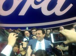 北米国際自動車ショーで記者団に囲まれるフォードのフィールズCEO(9日、デトロイト)