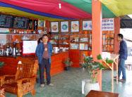 パヒ村は眺望のいい高台にカフェを作った