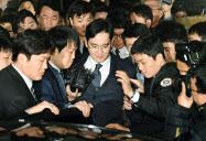 韓国のソウル中央地裁を出る李在鎔サムスン電子副会長(中央)=16日(共同)