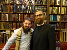 正統派ユダヤ教徒のイスラエル・クラップマンさん(左)とアイザック・シャピーラさん(右)(ニューヨークのクラウンハイツ)