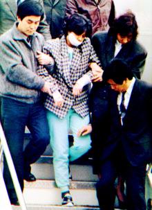 1987年12月、大韓航空機爆破事件で逮捕され、ソウルの金浦空港に移送された金賢姫工作員=共同