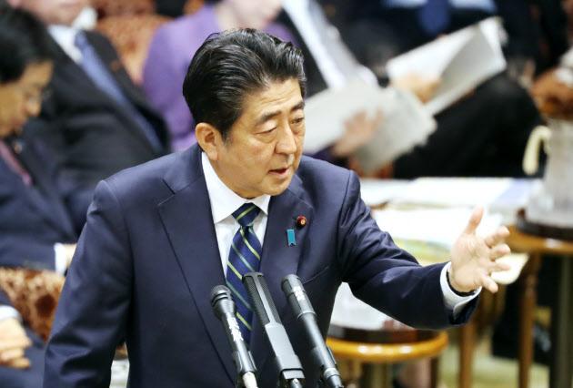 参院予算委で答弁する安倍首相(28日午後)