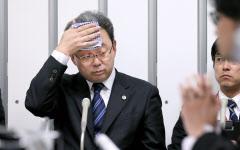 出光創業家の新しい代理人としての記者会見を前に、汗をぬぐう鶴間洋平弁護士(1日午後、東京・大手町)