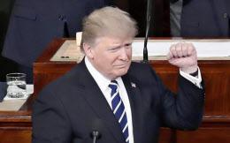 演台に立つトランプ米大統領(2月28日、ワシントン)=AP