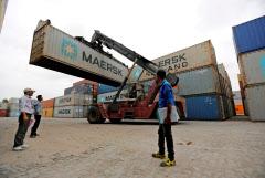 インドでは貿易が経済全体に占めるウエートは小さくない(グジャラート州の港)=ロイター