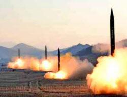 北朝鮮の7日付労働新聞が掲載した4発の弾道ミサイル同時発射の写真=共同