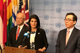 8日、共同記者会見する別所国連大使(左)、ヘイリー米国連大使ら(ニューヨークの国連本部)