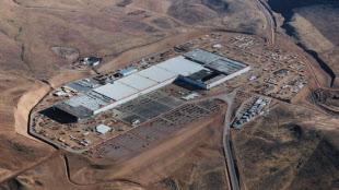 図1 Gigafactoryの外観。一部で生産を開始しており、段階的な生産拡大を目指している